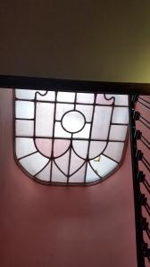 lanterneau (plafond) de verres anciens posés et mastiqués dans un châssis en métal. Restauration et remplacement des verres brisés